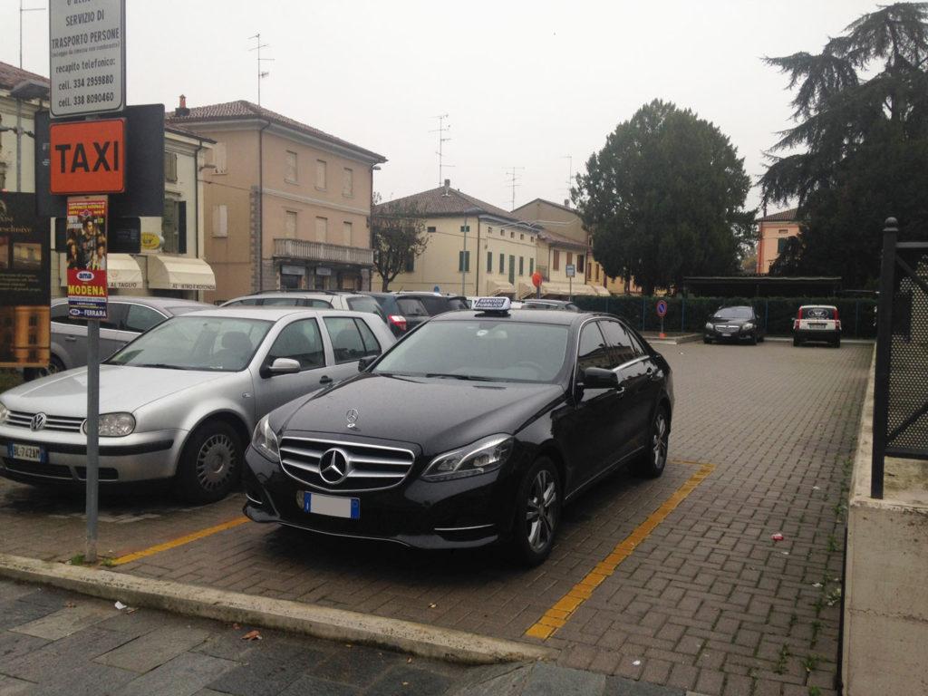 Taxi in un parcheggio